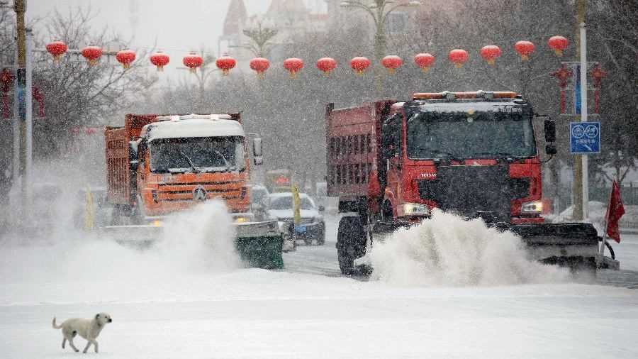 Heavy snow disrupts traffic in north China