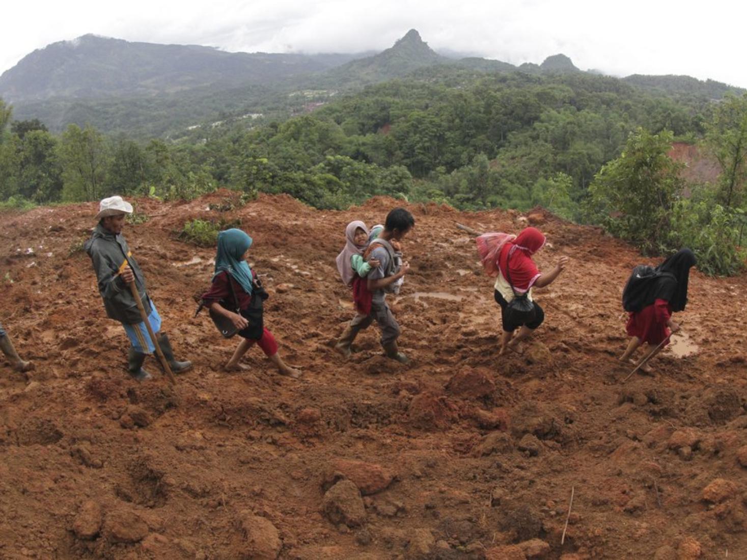 Mudslides, blackouts hamper search after Indonesia floods