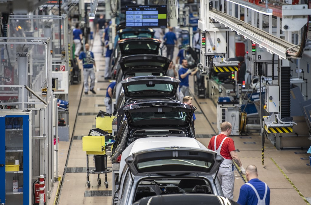 Plunging German car production heralds year of 'transformation'