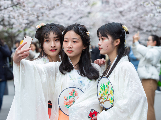 Traditional hanfu apparel appeals to more Chinese