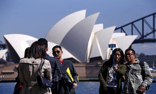 Australia delays Chinese student visas
