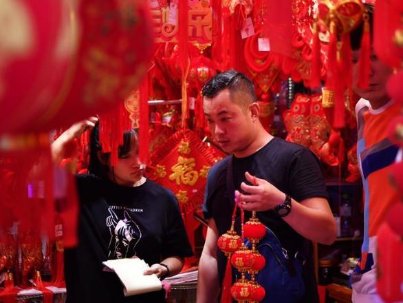 People start Spring Festival shopping in Haikou