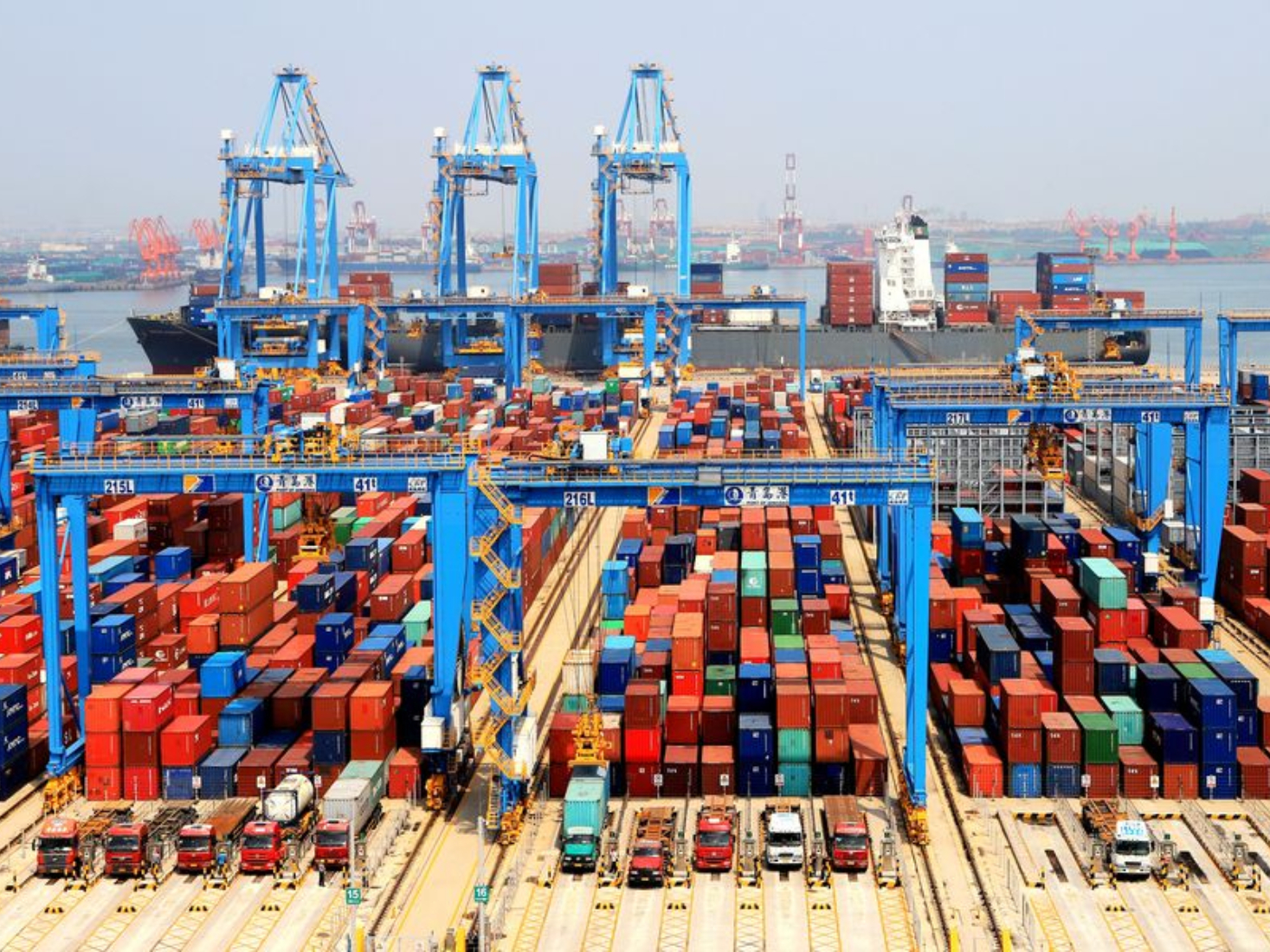 China's export container shipping index climbs in December