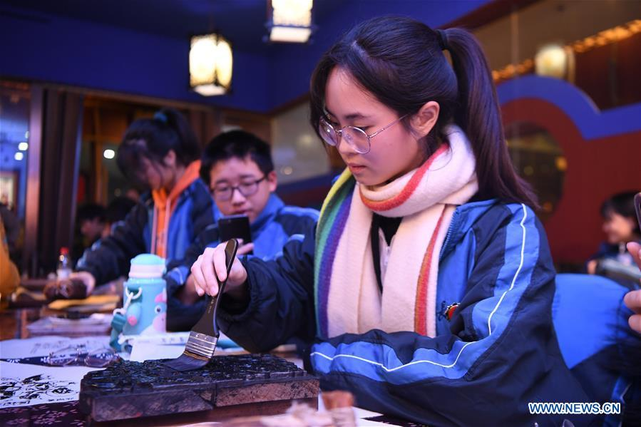 Students learn to make Tantou-style New Year pictures in Changsha