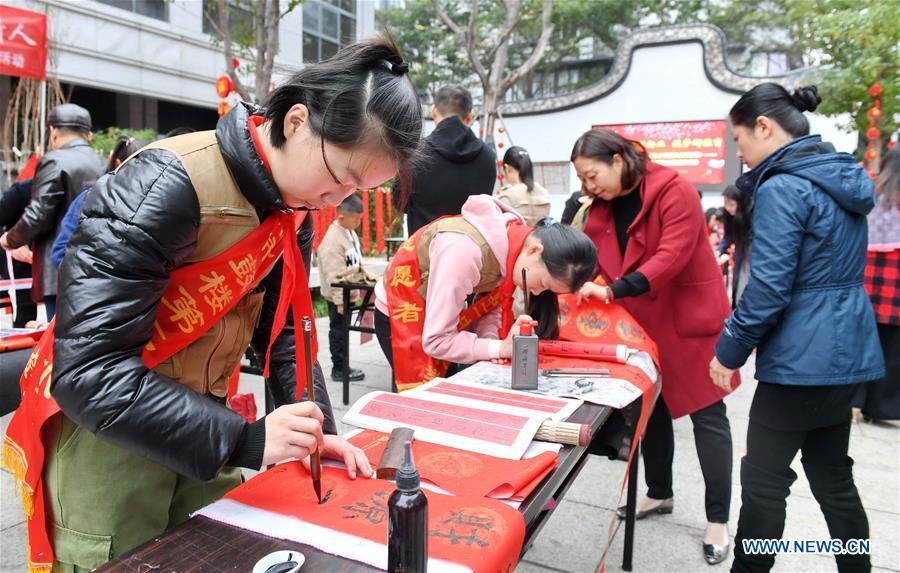 School holds activity to hand out Spring Festival couplets to local residents in Fuzhou