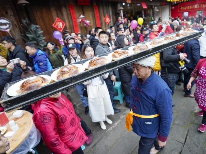 Large open-air banquet held at Zhongshan ancient town in Chongqing