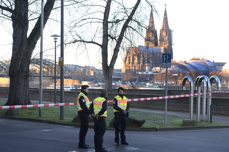 Experts defuse World War II bomb in Germany