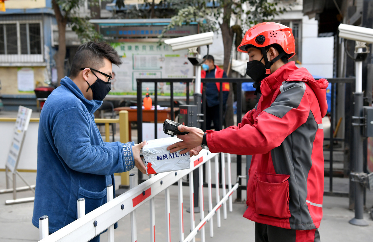 Deliveryman works during Spring Festival holidays in Xi'an