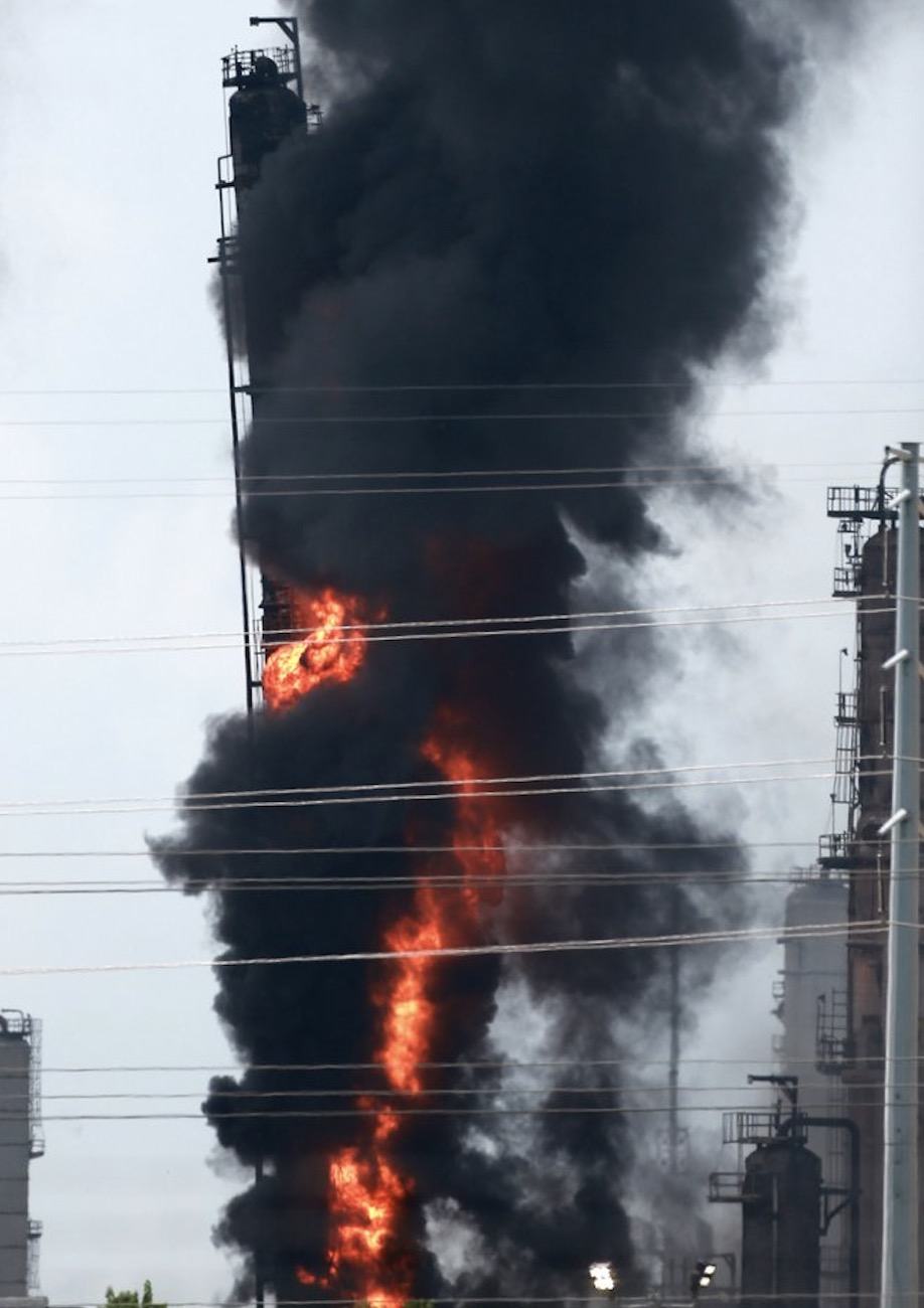 Large fire rocks US oil refinery