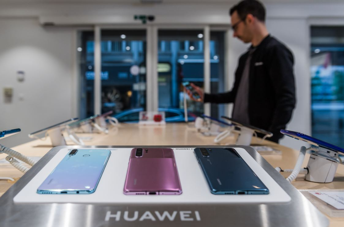 Smartphone makers endeavor to keep factory lines running