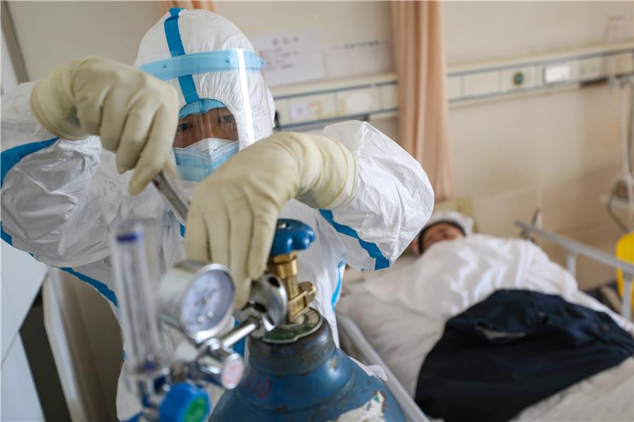 Young village cadre shoulders oxygen to novel coronavirus patients