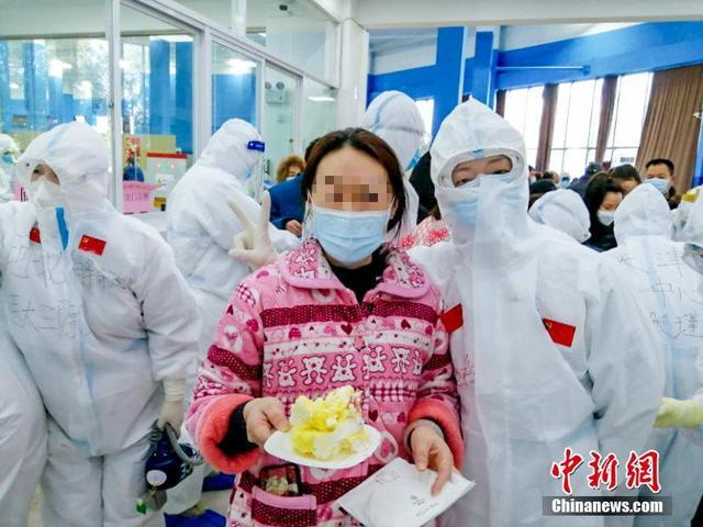 Wuhan Jiangan Fangcang Hospital patients treated to special birthday party