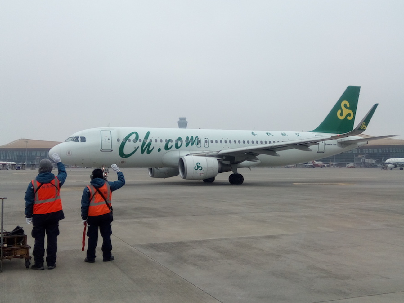 Chartered planes help Chinese firms take back stranded workers