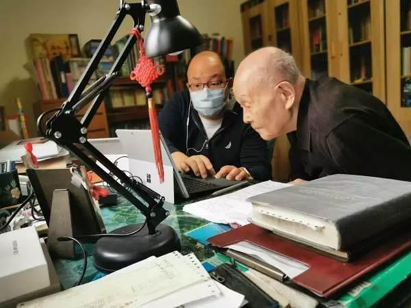 95-year-old Tsinghua University professor moves class online