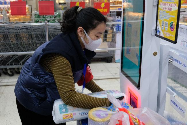 Community workers, volunteers run errands for residents in Wuhan