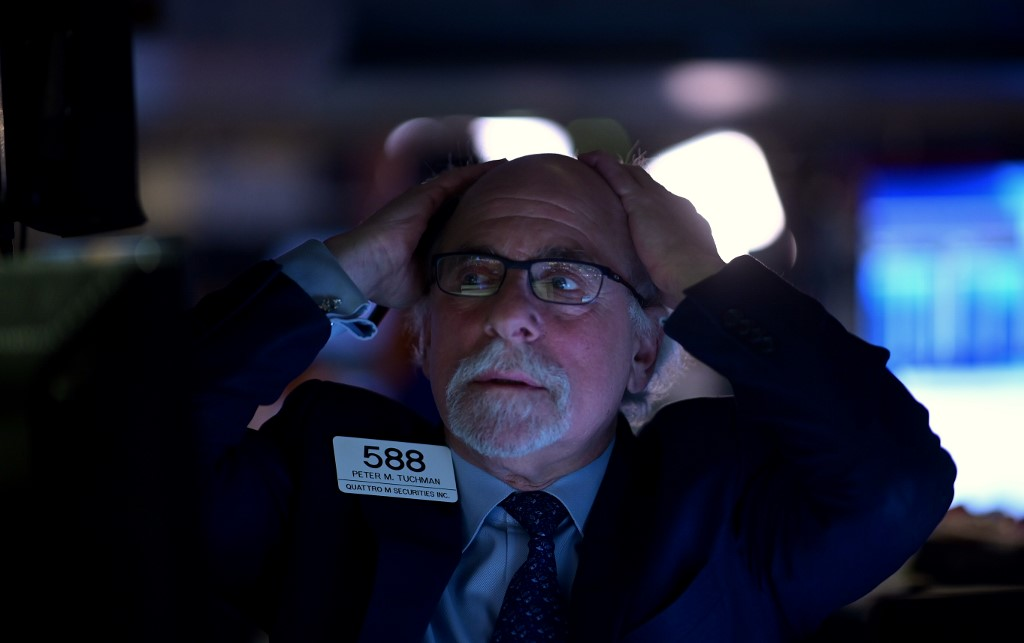 Dow plunges more than 500 points as market sell-off continues