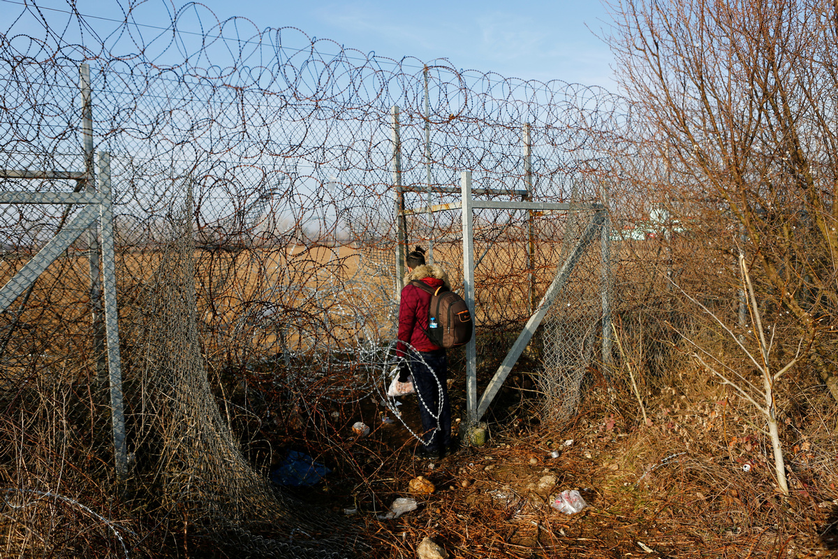 Greece decides to guard borders to maximum level after preventing over 10,000 entries