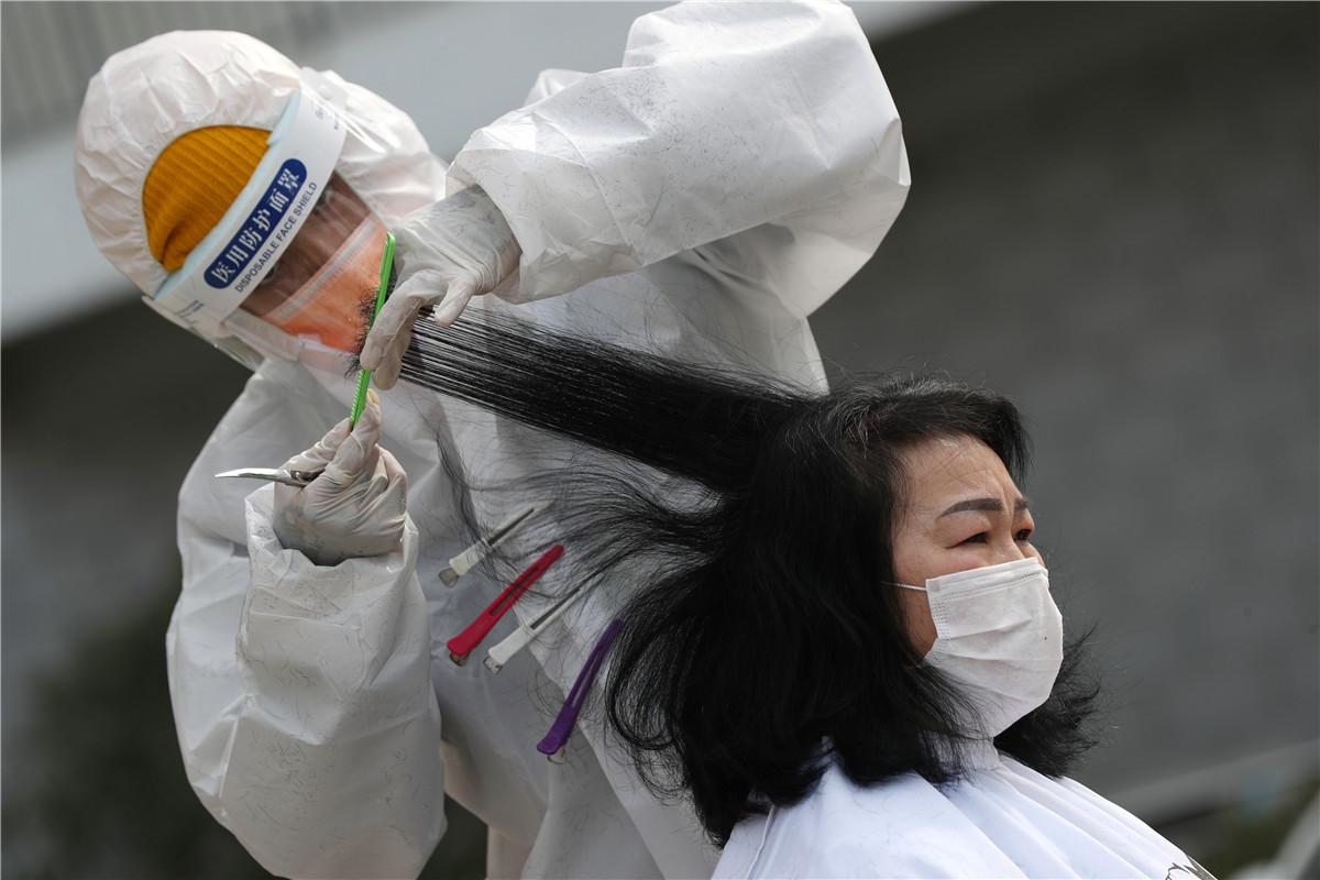Wuhan barbers volunteer to cut medics' hair for free