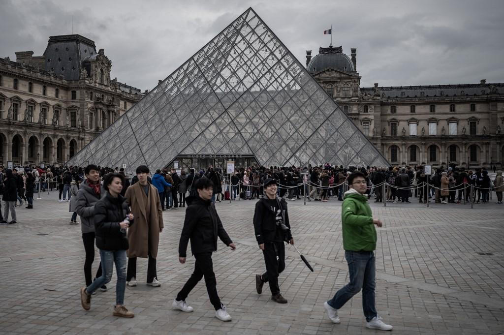 Louvre restricts visitors over coronavirus