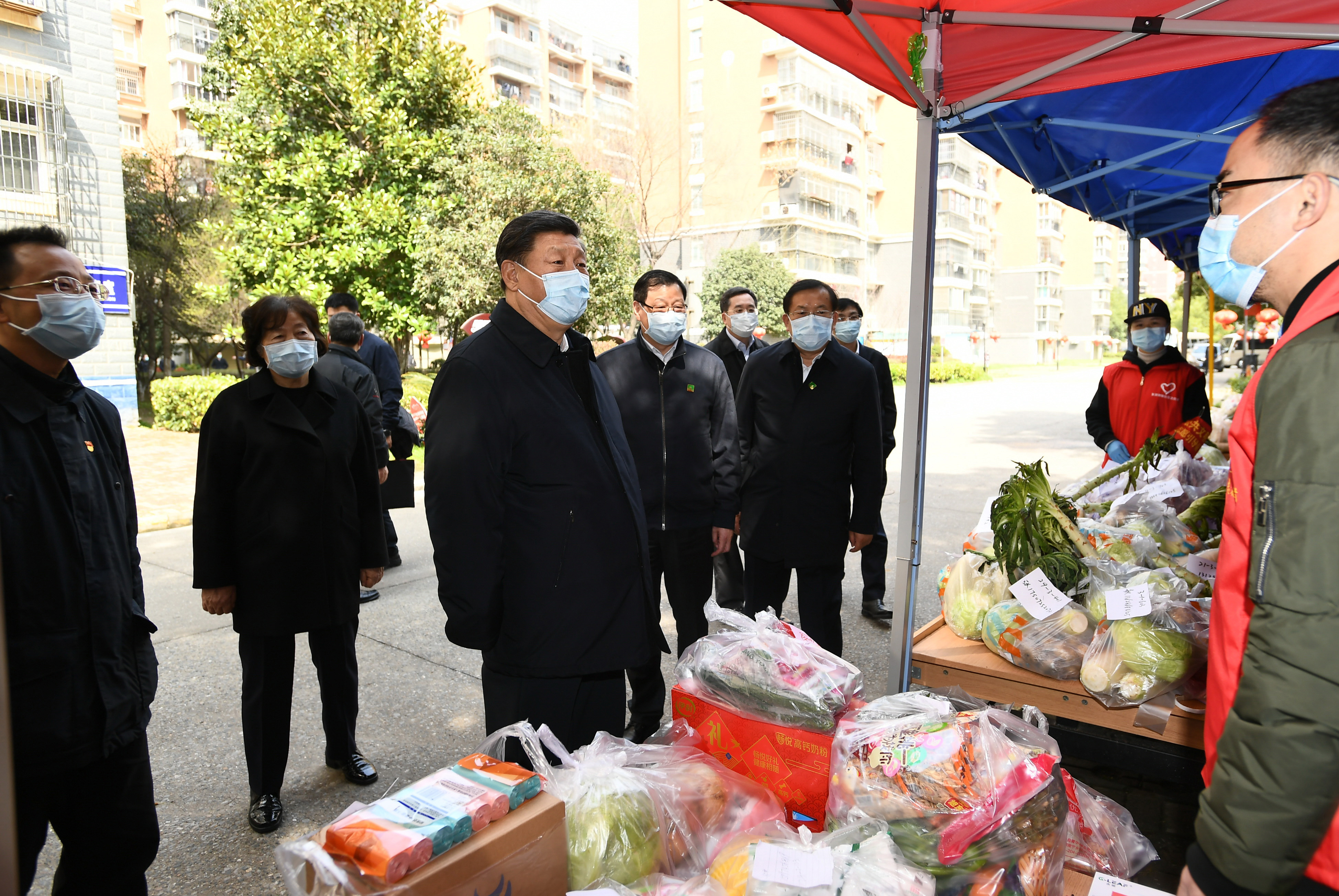 Xi visits community residents, frontline workers in Wuhan