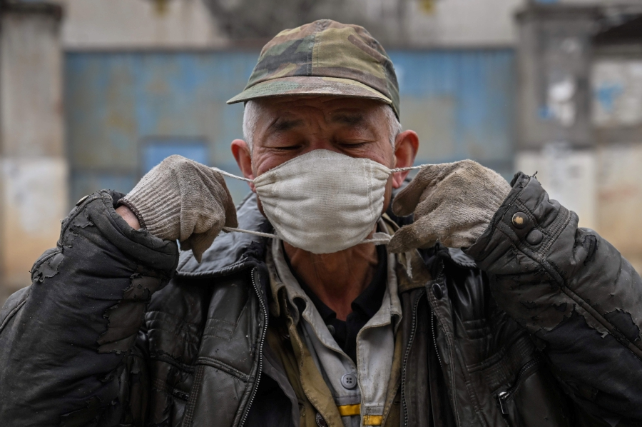China strengthens support for poor people hit by epidemic