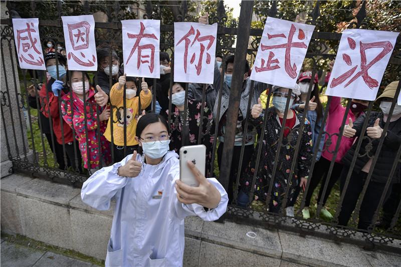 Wuhan people wish medics bon voyage