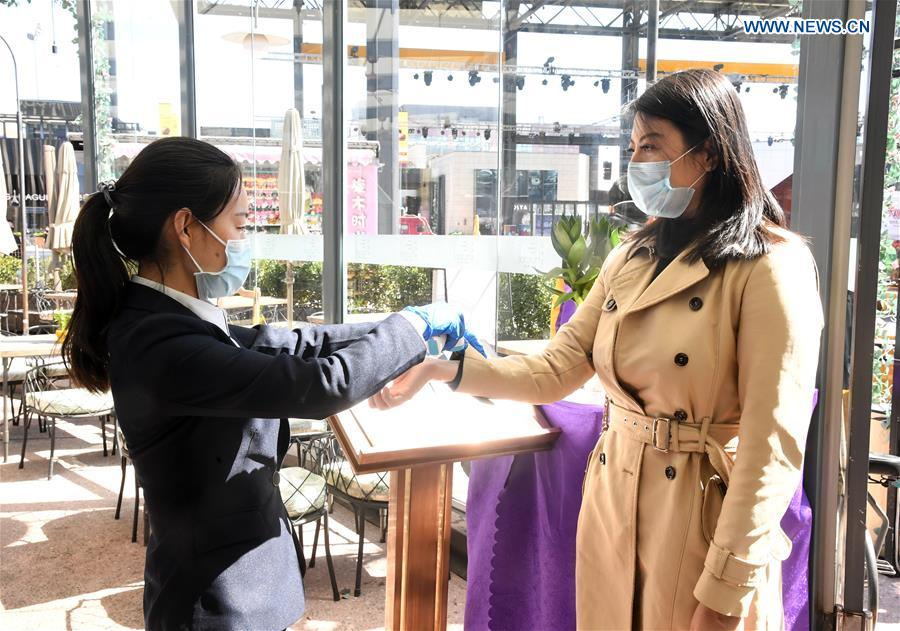 Shops, restaurants resume work in orderly manner in Haidian District of Beijing