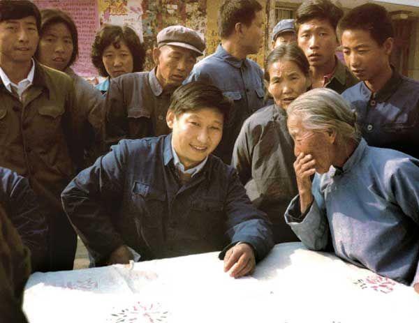 1983年,时任中共正定县委书记的习近平在大街上听取来访群众的意见。.jpg