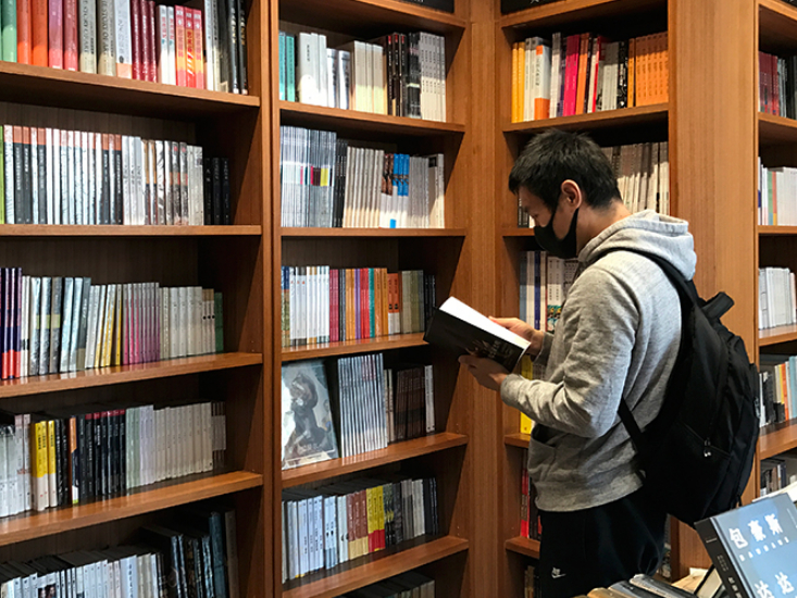 Beijing residents head to bookstores and parks as spring beckons