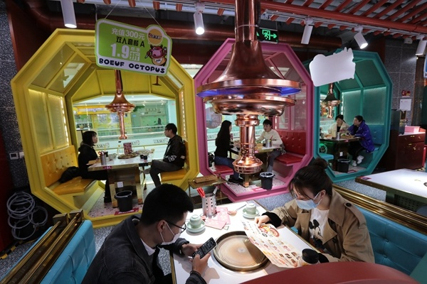 Chengdu residents resume dining out