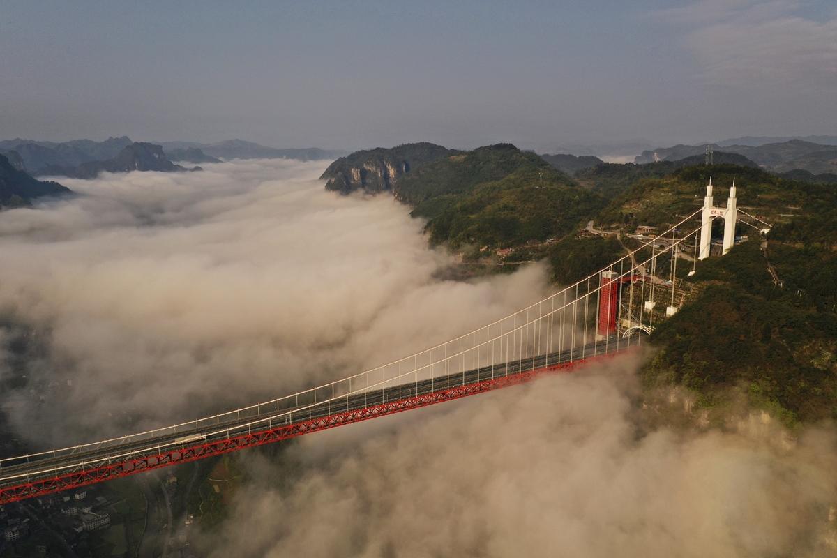 Dramatic clouds at Aizhai Bridge