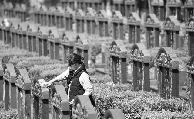 Online tomb-sweeping helps Chinese honor deceased