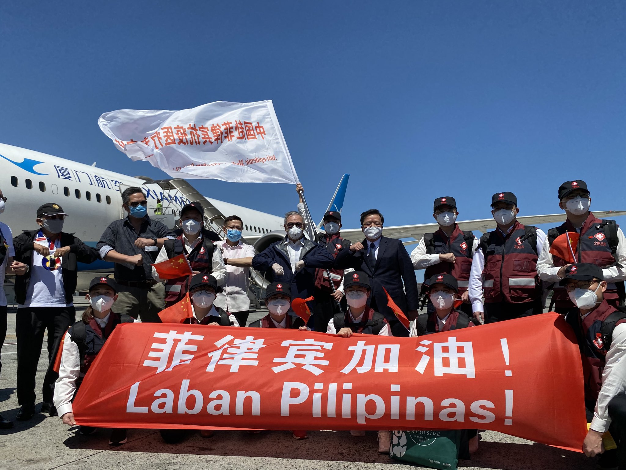 Chinese medical workers arrive in Philippines to help fight against COVID-19