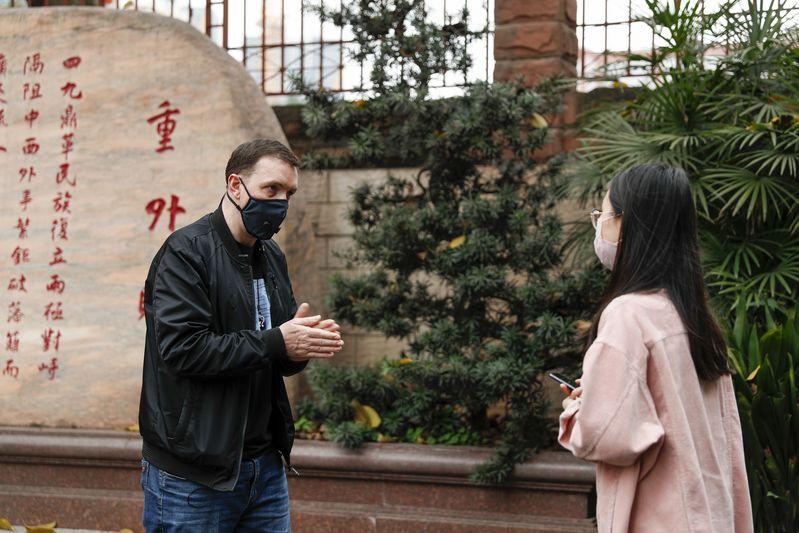 Canadian writer shares anti-virus life in China via diaries
