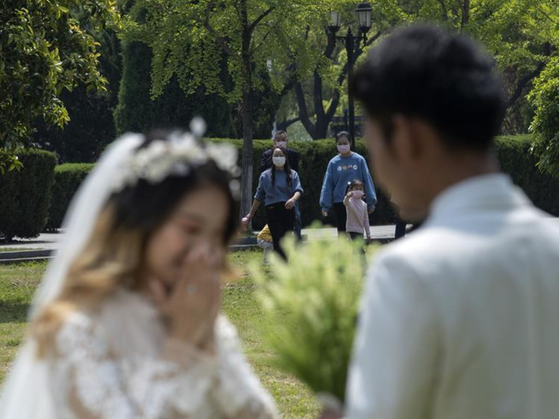 Couple take wedding photos as coronavirus epidemic wanes in Wuhan