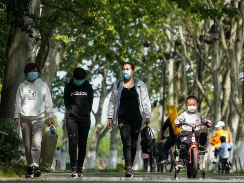 People enjoy spring scenery along Donghu greenway in Wuhan