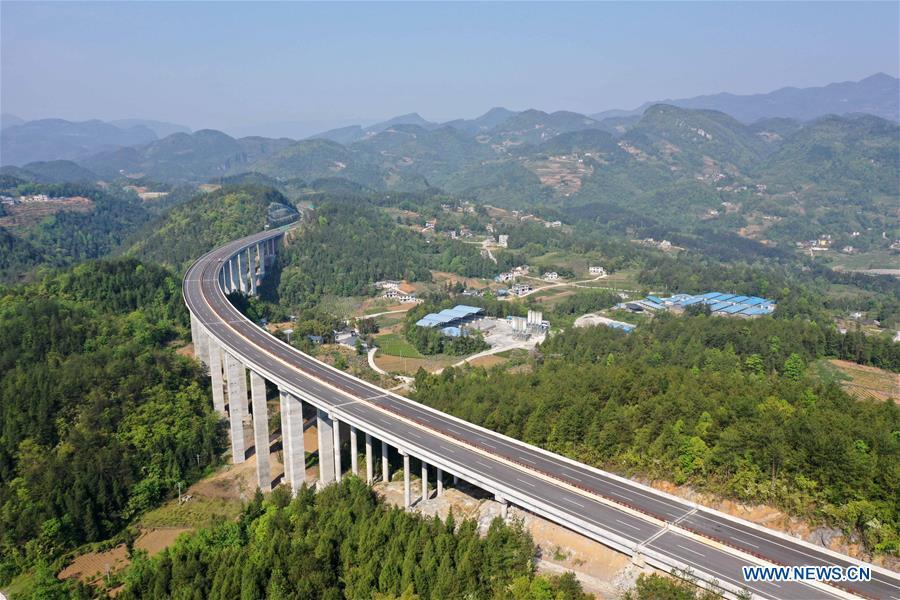 Xuan'en-Hefeng expressway under construction in Hubei