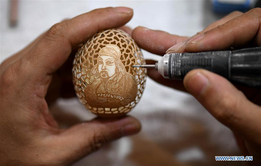 Craftman makes egg carving works at intangible cultural heritage base in Shijiangzhuang