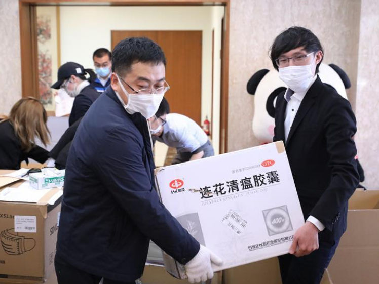Chinese embassy offers health packs to Chinese students in Japan