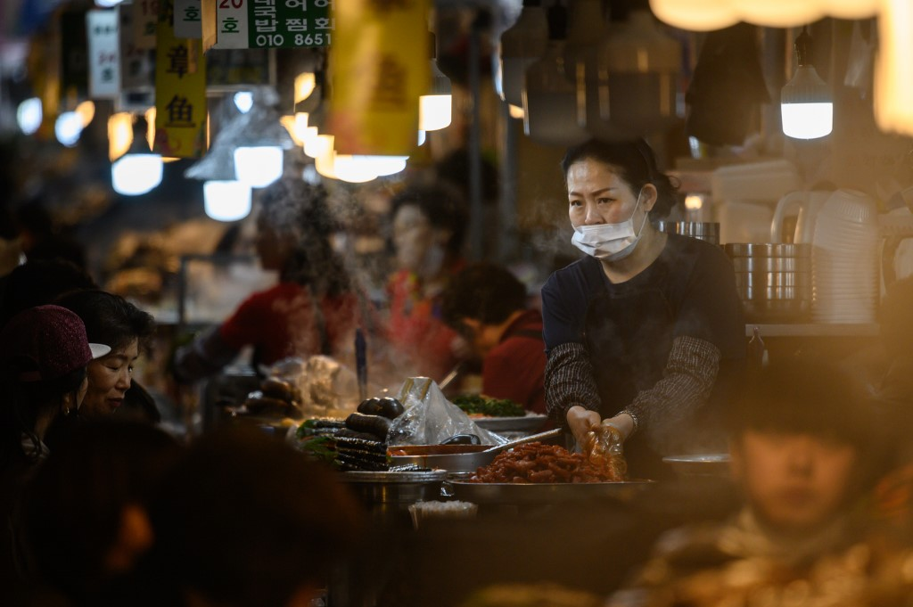 S.Korea's export posts double-digit fall in 1st 20 days of April