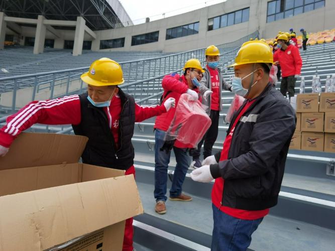 Shaanxi football fans volunteer to renovate stadium