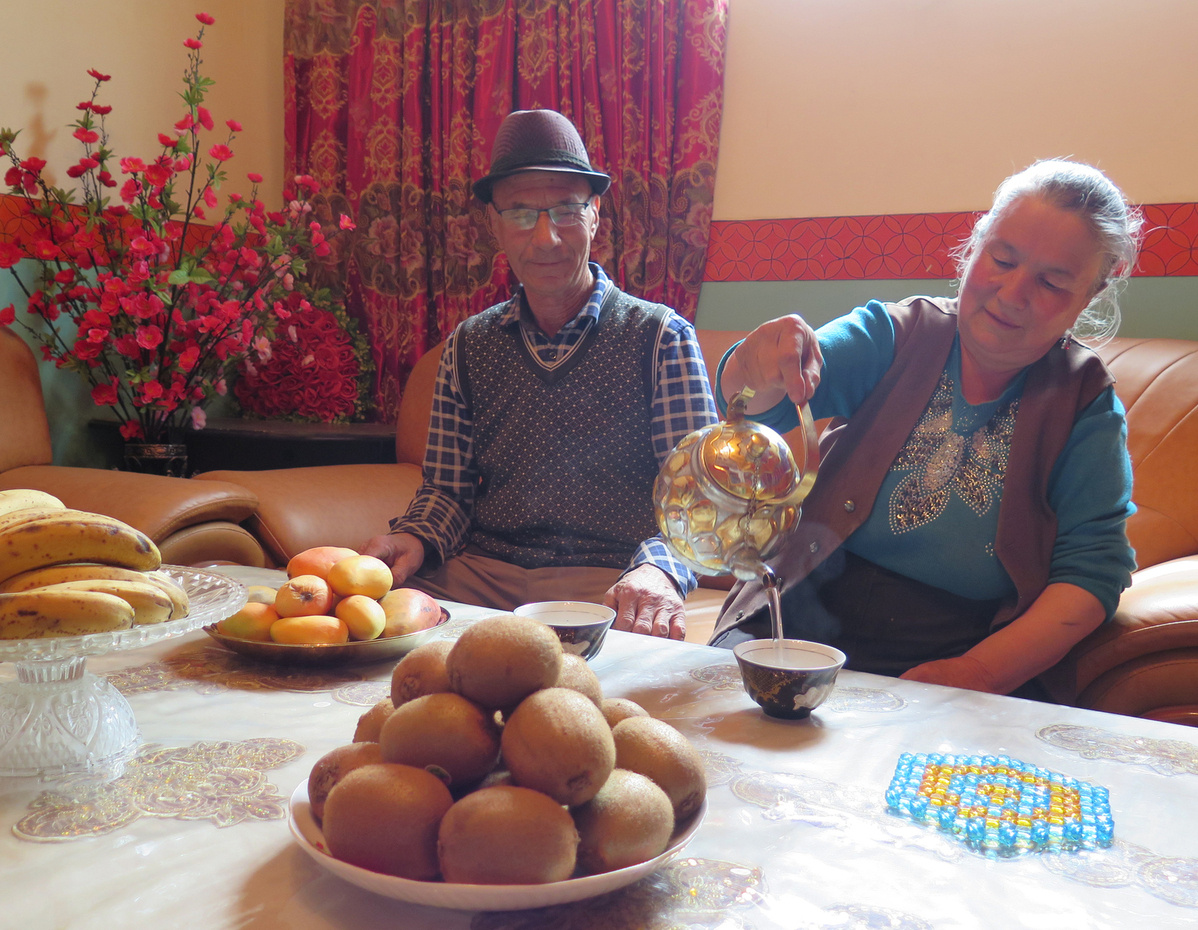 Officials work to relieve poverty in Xinjiang county