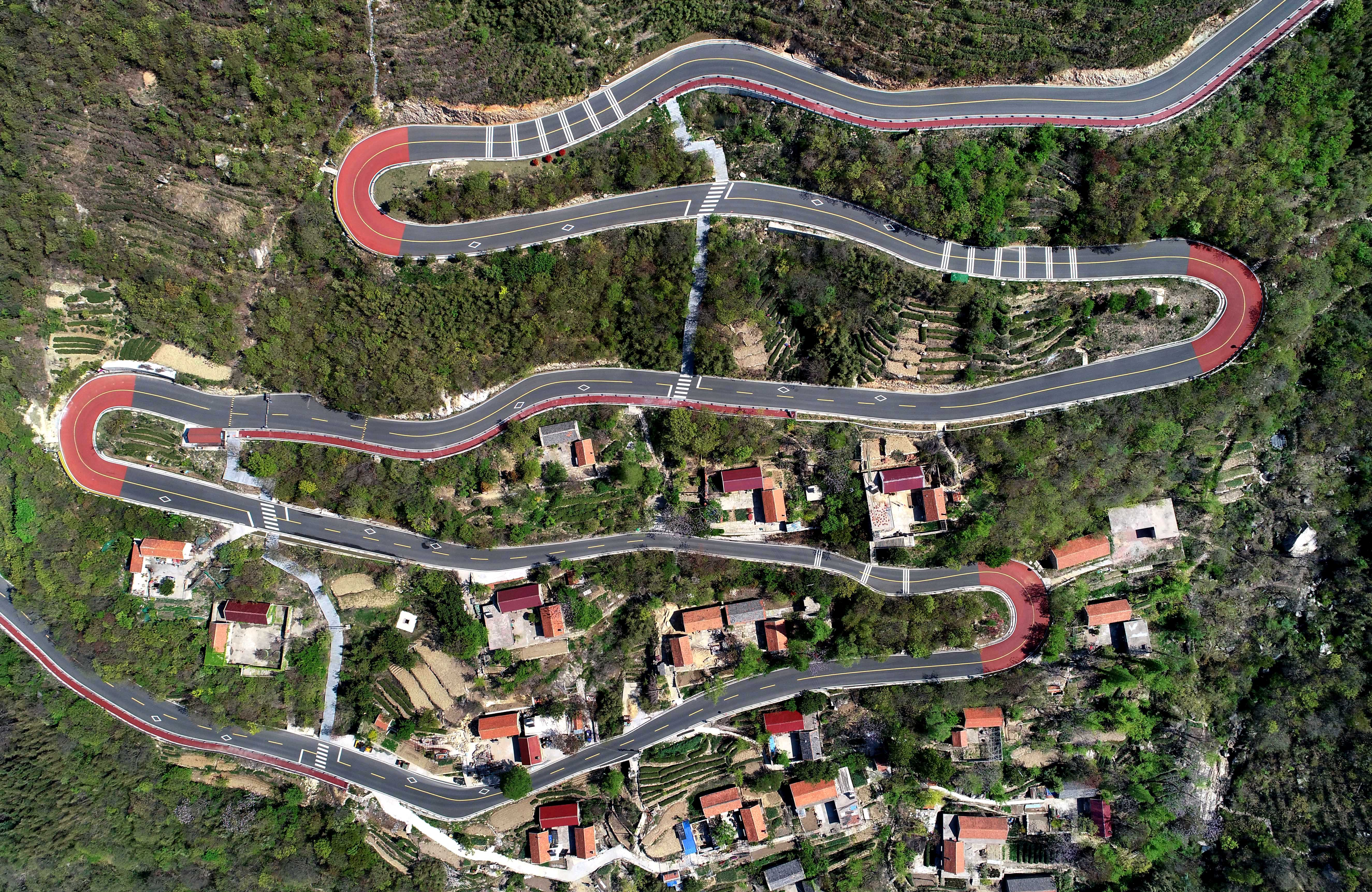Mountain road built in East China helps alleviate poverty