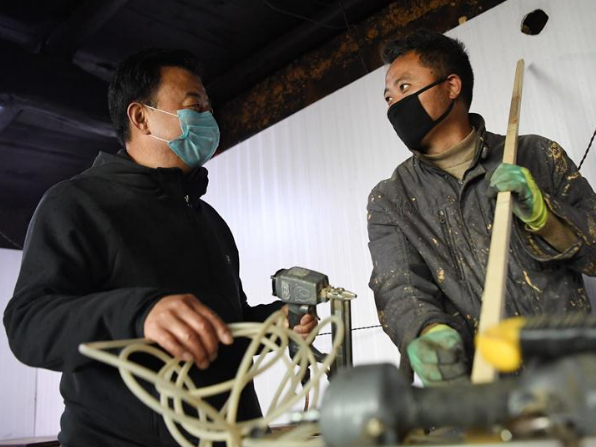 Pic story: poverty-alleviation Party official in Le'a Village, NW China's Gansu