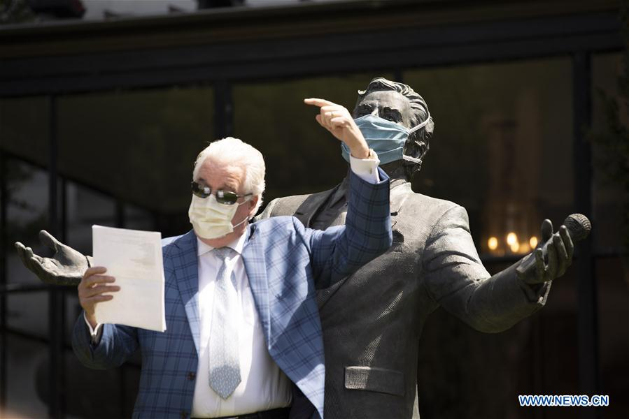 Citizens sing song to pay tributes to medical professionals in San Francisco