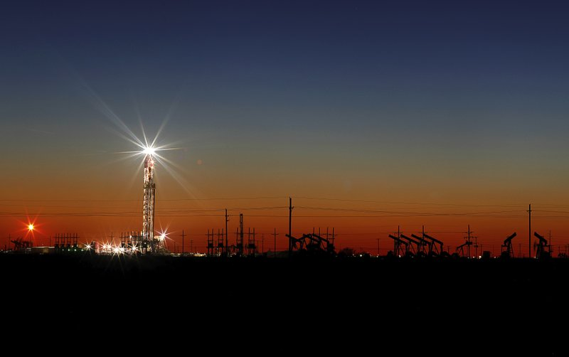 US oil futures plunge over 29 pct