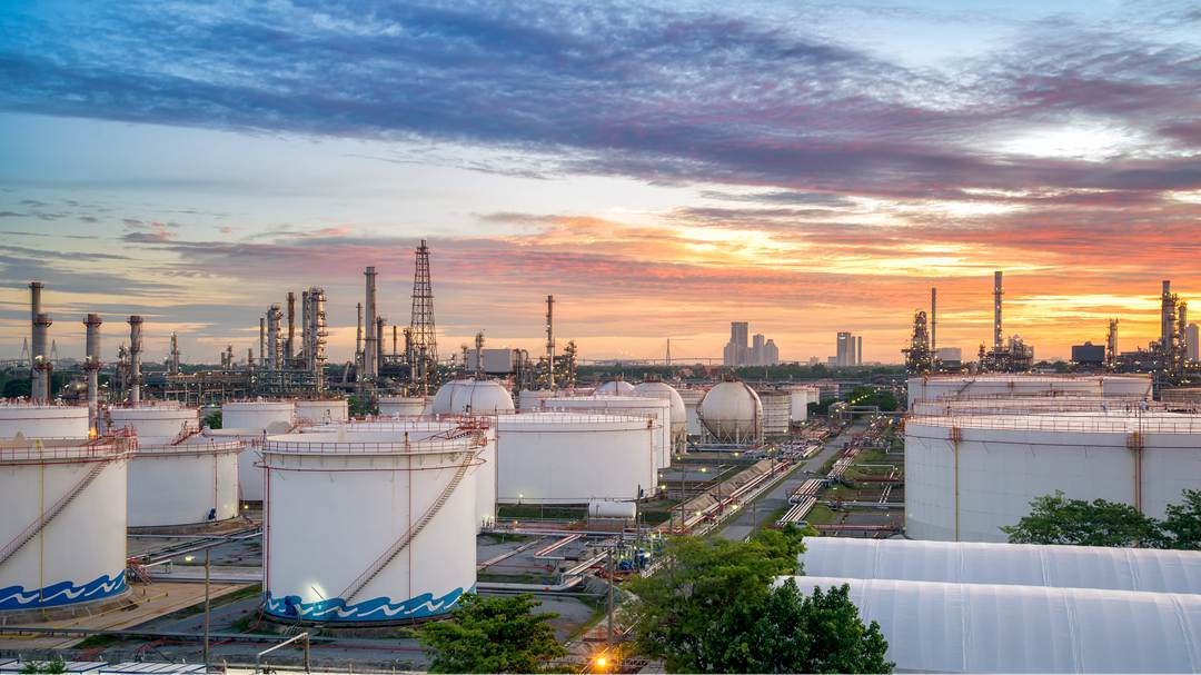 Oil prices extend falls on storage concerns