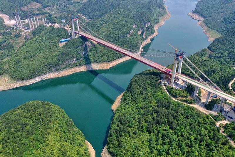Feilonghu Wujiang River Bridge in SW China's Guizhou completes closure