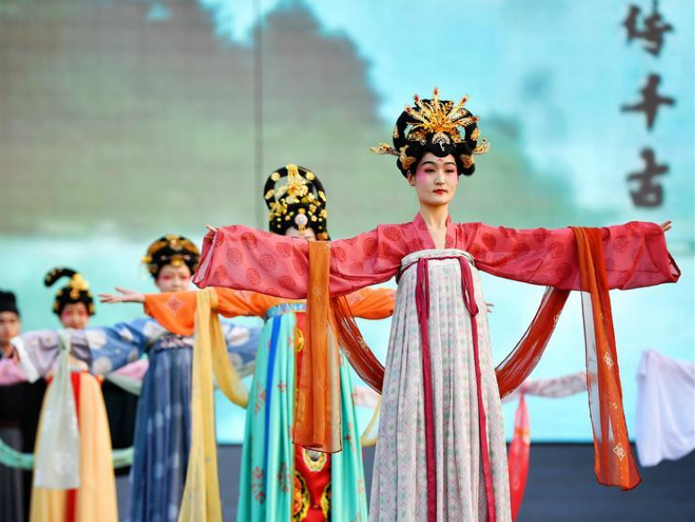 People dressed in costumes of Tang Dynasty present performance in Xi'an