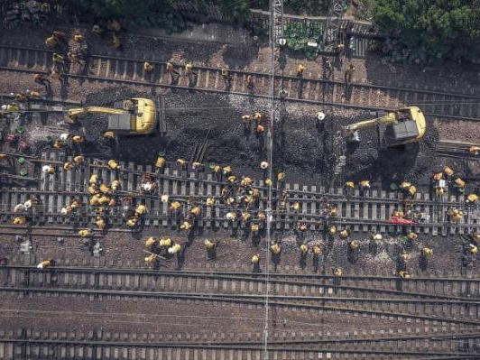 500 construction workers repair Beijing-Guangzhou railway during the May Day holiday